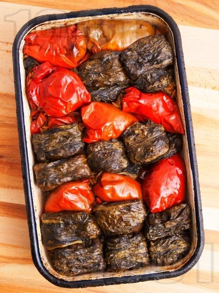 Вкусни печени пълнени чушки и сарми от лапад с кайма и ориз на фурна - снимка на рецептата